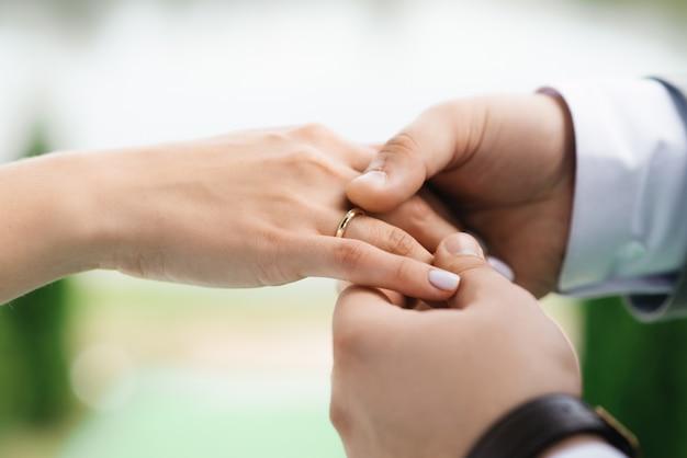 Bruid en bruidegom de uitwisselingsringen sluiten omhoog