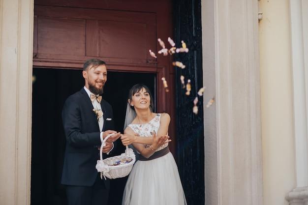 Bruid en bruidegom die van kerk opstappen
