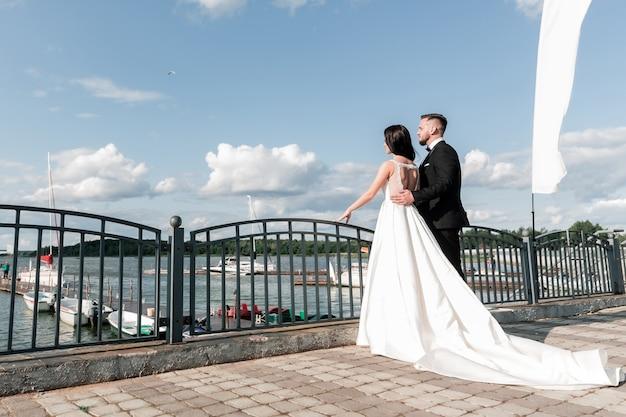 Bruid en bruidegom die zich op de brug bevinden. vakanties en evenementen