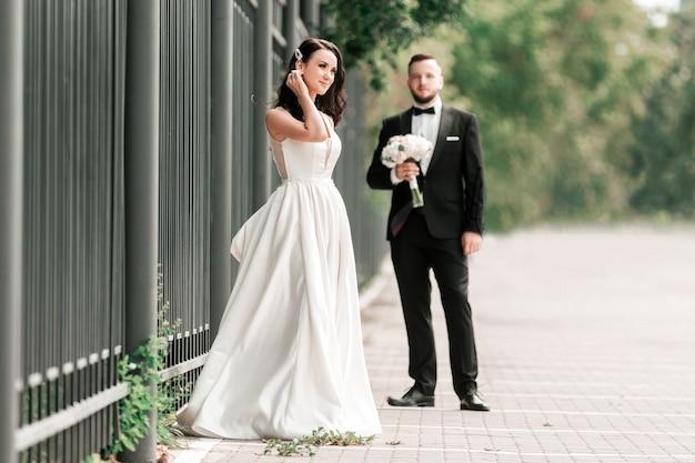 Bruid en bruidegom die zich op een stadsstraat bevinden. foto met kopie ruimte