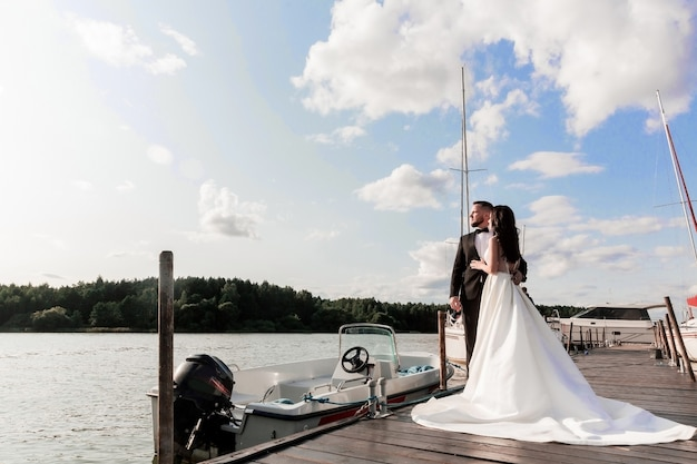 Bruid en bruidegom gaan op huwelijksreis