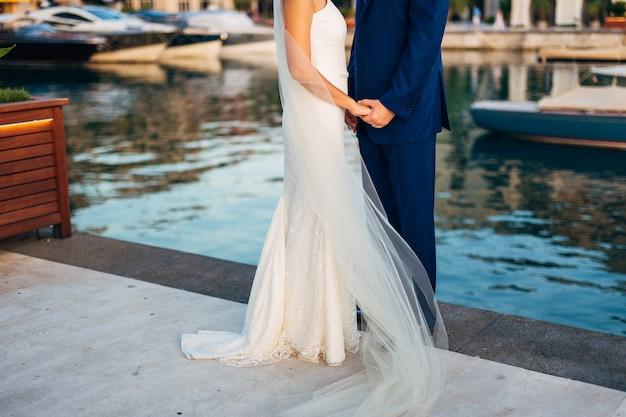 Bruid en bruidegom hand in hand
