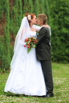 Bruid en bruidegom handen met trouwringen