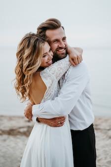 Bruid en bruidegom hebben een strandhuwelijk