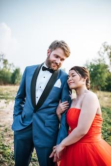 Bruid en bruidegom hebben romantiek en gelukkig samen