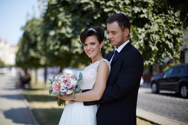 Bruid en bruidegom houden 'wedding day' teken