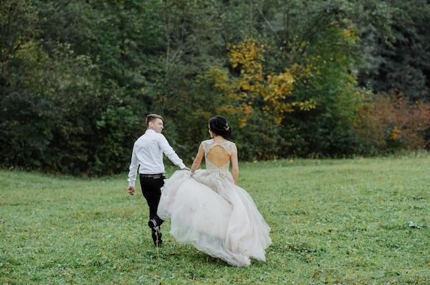 Bruid en bruidegom. huwelijksceremonie in de natuur