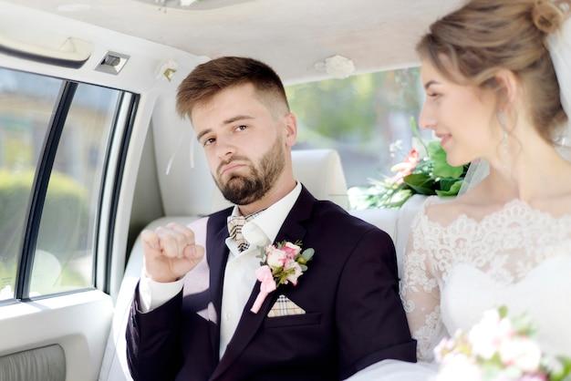 Bruid en bruidegom in de auto