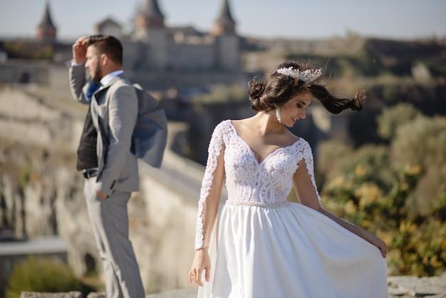Bruid en bruidegom in de buurt van een oud kasteel