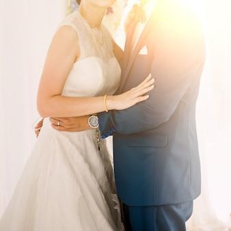 Bruid en bruidegom in de dag van de huwelijksceremonie