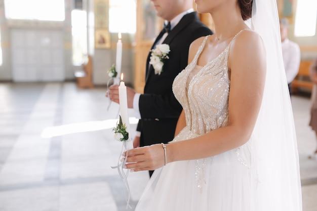 Bruid en bruidegom in de kerk op de huwelijksceremonie.