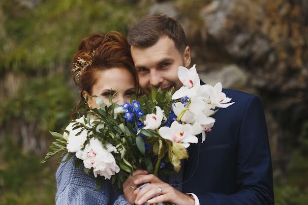 Bruid en bruidegom in een park zoenen. paar pasgetrouwden bruid en bruidegom op een bruiloft in de natuur groen bos zijn foto portret kussen.