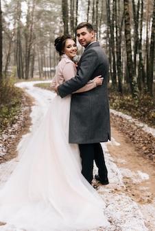Bruid en bruidegom in het bossteeg