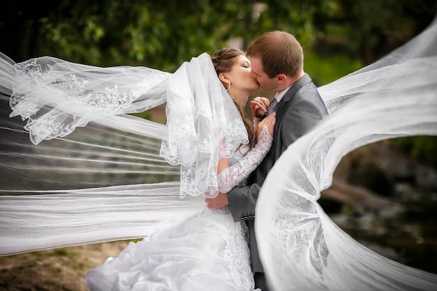 Bruid en bruidegom in het park