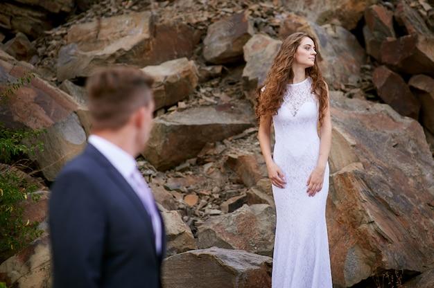 Bruid en bruidegom in huwelijksgang in de bergen