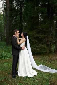 Bruid en bruidegom in huwelijkskleding
