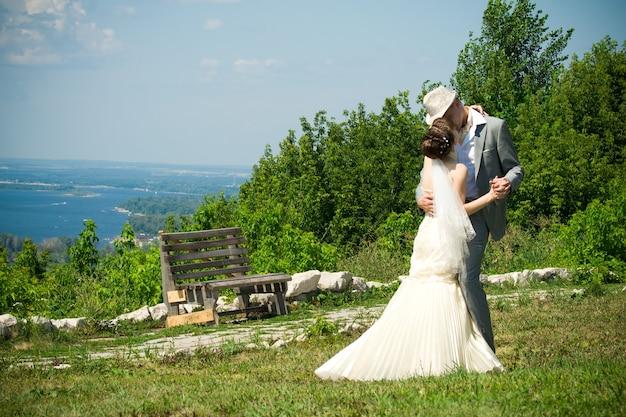 Bruid en bruidegom in park