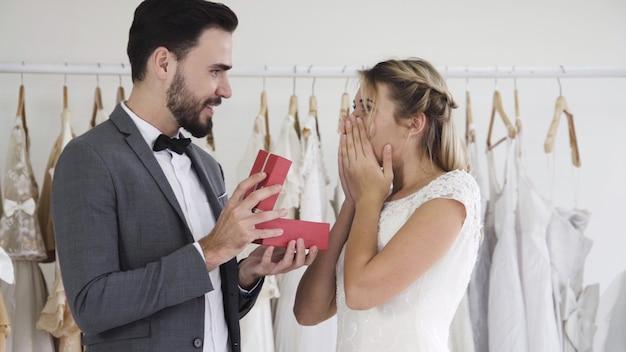 Bruid en bruidegom in trouwjurk bereiden ceremonie voor.