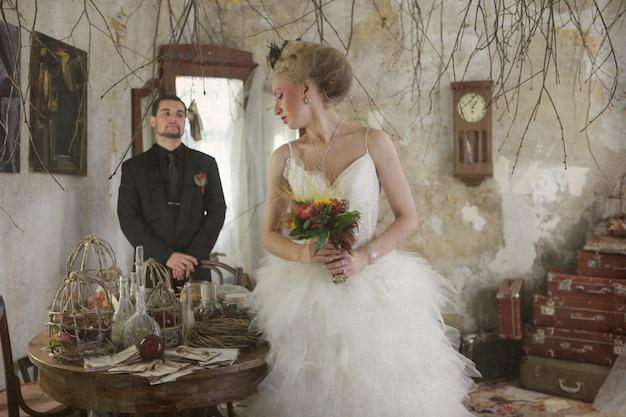 Bruid en bruidegom in vintage kamer