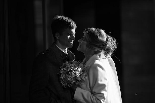 Bruid en bruidegom kijken elkaar teder aan