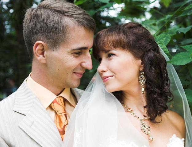 Bruid en bruidegom kijken naar elkaar