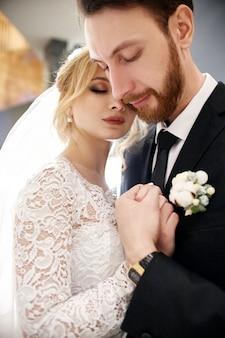 Bruid en bruidegom knuffelen en zoenen op hun trouwdag. een nieuw gezin maken