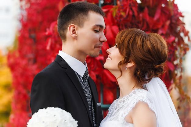 Bruid en bruidegom knuffelen