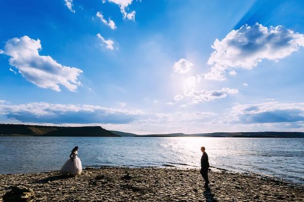 Bruid en bruidegom komen in de richting van elkaar. trouwkoppel