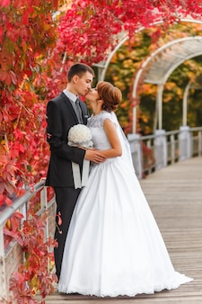 Bruid en bruidegom kussen