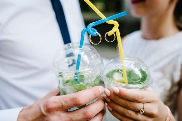 Bruid en bruidegom limonade drinken Premium Foto