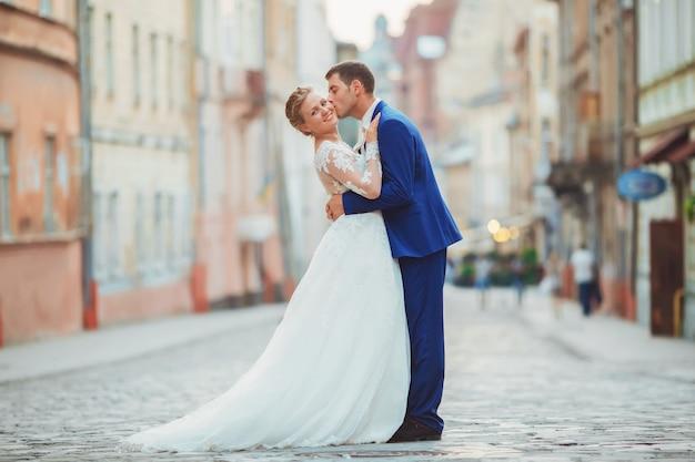 Bruid en bruidegom lopen door de oude stad