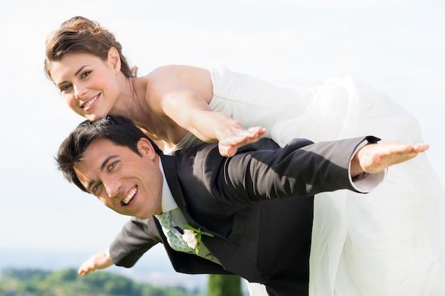 Bruid en bruidegom meeliften