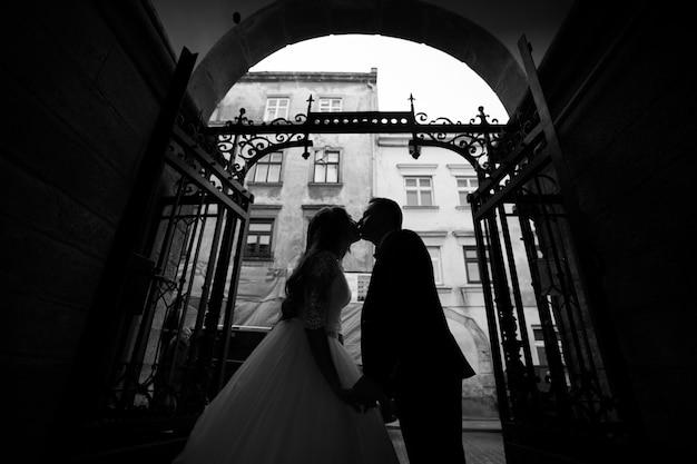 Bruid en bruidegom met boeket