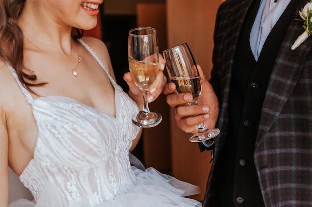 Bruid en bruidegom met bril