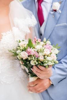 Bruid en bruidegom met bruiloft boeket