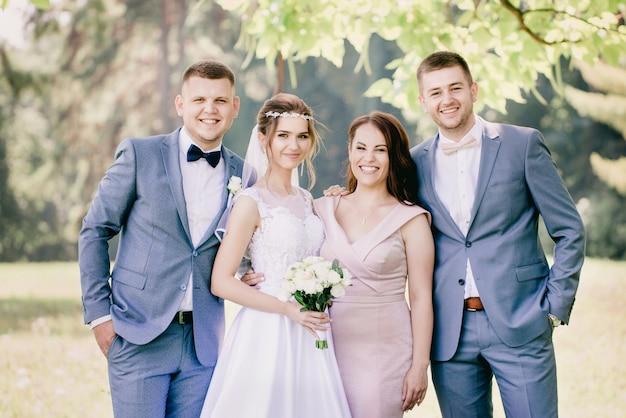 Bruid en bruidegom met vrienden, close-up