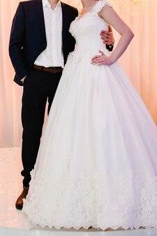 Bruid en bruidegom na huwelijksceremonie. leuk jong getrouwd stel.