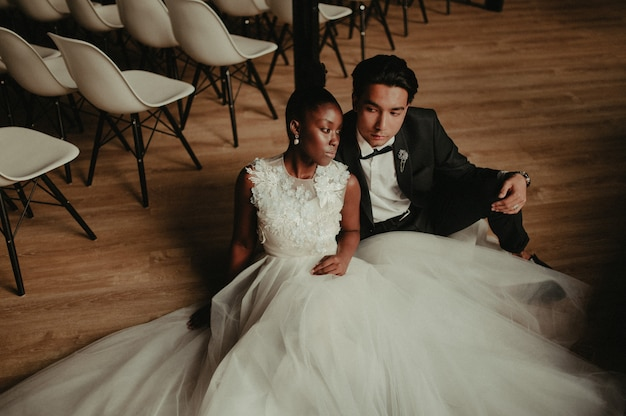 Bruid en bruidegom omhelzen elkaar