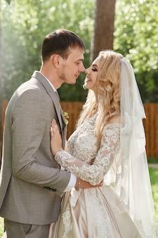 Bruid en bruidegom omhelzen, mooie bruiloft in de natuur