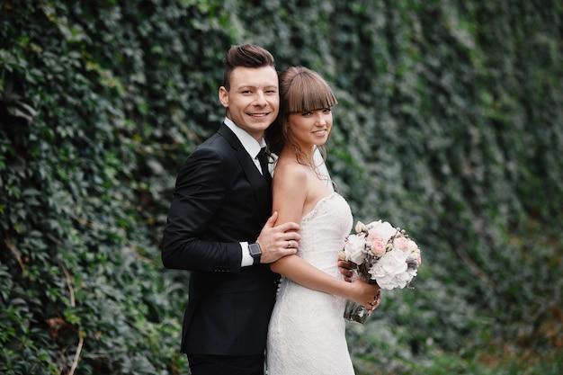 Bruid en bruidegom op de bruiloft. jonge gelukkige paar elegante stijlvolle bruid en bruidegom. portret van bruiden.