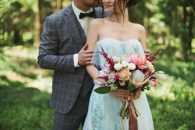 Bruid en bruidegom op de huwelijksdag in de natuur