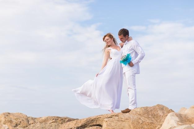 Bruid en bruidegom op de top van een berg