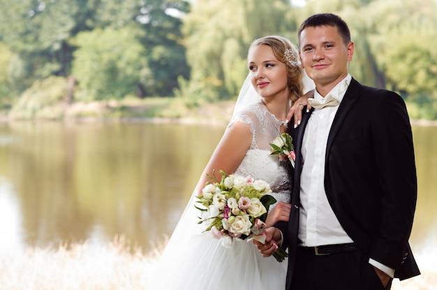 Bruid en bruidegom op de wandeling