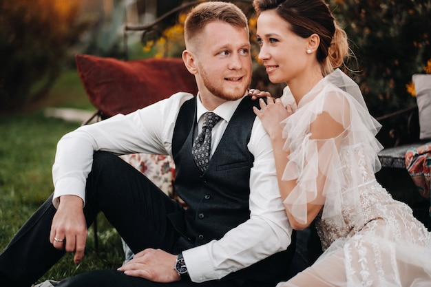 Bruid en bruidegom op een picknick in de provence.