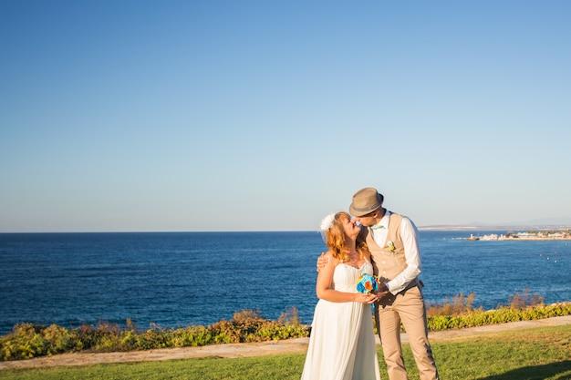 Bruid en bruidegom op een romantisch moment op de natuur. stijlvolle bruidspaar buitenshuis