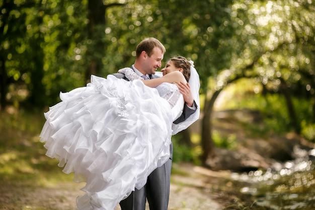 Bruid en bruidegom op een romantisch moment