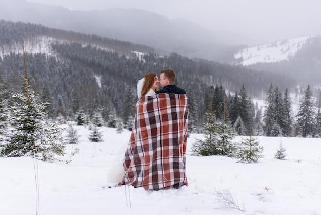 Bruid en bruidegom op een winterse dag