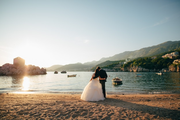 Bruid en bruidegom op het strand van de koningin milocer