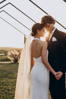 Bruid en bruidegom op hun huwelijksceremonie