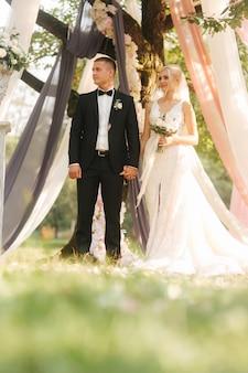 Bruid en bruidegom op huwelijksceremonie buiten